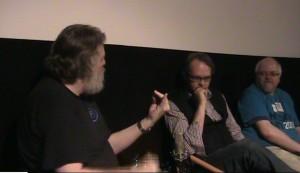 Niels Dalgaard forklarer, Christian Baron og podcast-værten lytter.
