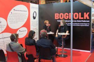 Niels Dalgaard bliver ofte interviewet om science fiction. Her på Bogforum 2015.